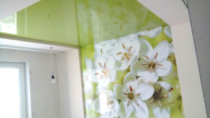 Фотопечать на глянце и цветной натяжной потолок.