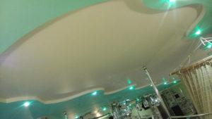 Матовый цветной натяжной потолок