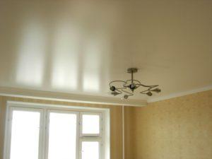 Сатиновый натяжной потолок. Установка люстры.