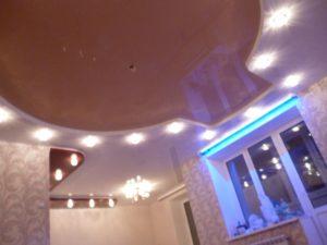 Три уровня. Глянцевый цветной. Точечное освещение.