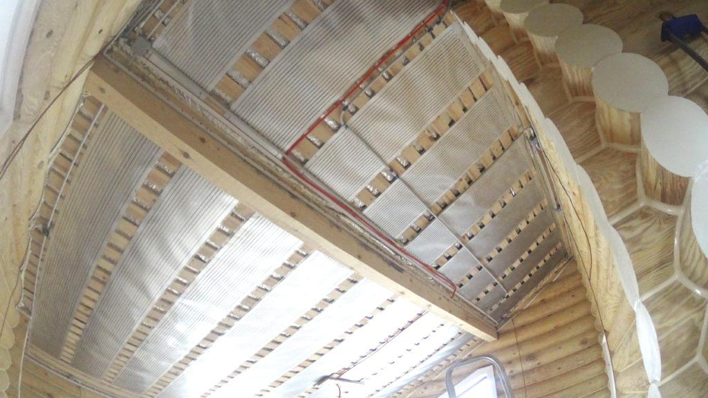 под натяжным потолком