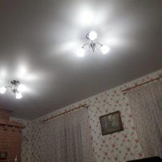 Натяжной потолок с двумя люстрами